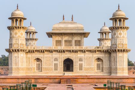 인도 Uttar Pradesh의 아그라 (Agra)에있는 Itmad-Ud-Daulah Mausoleum (보석 상자 또는 아기 타지). 타지 마할의 초안으로 불렸다.
