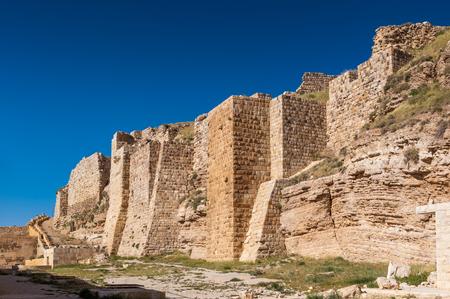 요르단에서 Kerak (알 Karak)에서 큰 십자군 성 Kerak 성곽의 벽.