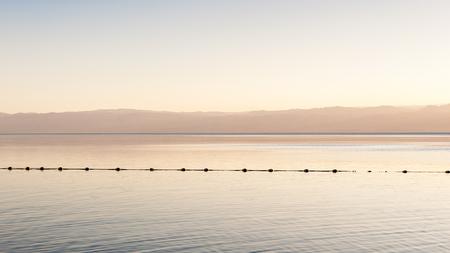 Costa do Mar Morto, Israel, o mais profundo lago hipersalino do mundo. Com 33,7% de salinidade, Foto de archivo - 91894272