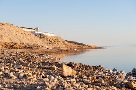 Costa do Mar Morto, Israel, o mais profundo lago hipersalino do mundo. Com 33,7% de salinidade, Foto de archivo - 91877481