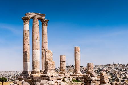 Herkulestempel des Zitadellenkomplexes von Amman (Jabal al-Qal'a), eine nationale historische Stätte in der Mitte der Innenstadt von Amman, Jordanien. Standard-Bild - 92091392
