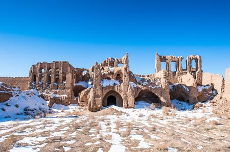 Vue rapprochée sur la maison presque détruite dans le désert iranien Banque d'images - 91981818
