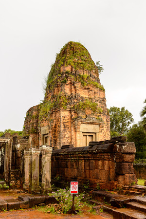 Pre Rup, a temple at Angkor, Cambodia, the state temple of Khmer king Rajendravarman. It is a temple mountain made of brick, laterite and sandstone construction. Imagens