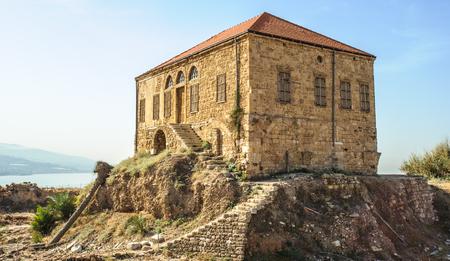 Maison libanaise traditionnelle sur la mer Méditerranée, Byblos, Liban. La maison fait partie du complexe d?antiquités et illustre le niveau de sol moderne en ce qui concerne les fouilles. Banque d'images