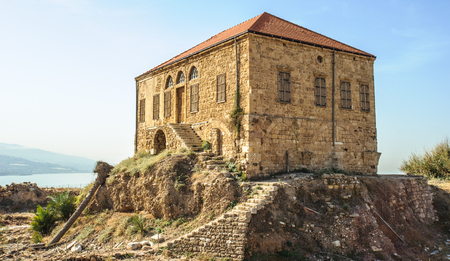 Traditional Lebanese house over the Mediterranean sea, Byblos, Lebanon. The house is within the antiquities complex and illustrates the modern ground level with respect to excavations Banque d'images