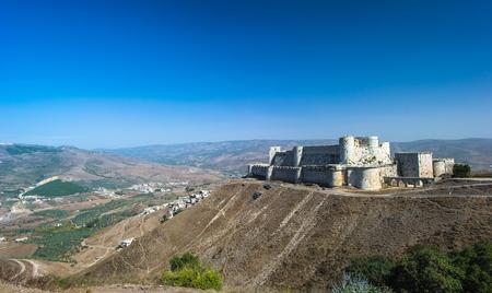 Krak des Chevaliers, ook Crac des Chevaliers, is een kruisvaarderskasteel in Syrië en een van de belangrijkste bewaard gebleven middeleeuwse kastelen in de wereld. Stockfoto - 92384032