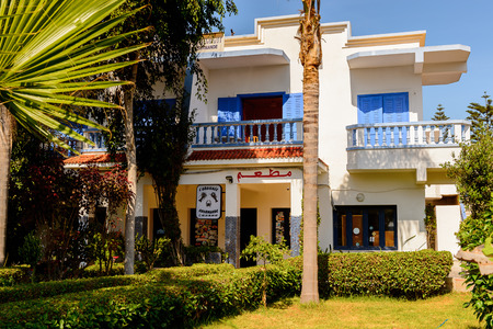 OUALIDIA, MOROCCO - SEP 2, 2015: Hotel Oualidia, is a little coastal village in Morocco Standard-Bild - 103493553