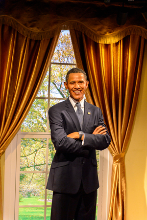 BEIJING, CHINA - 6 DE ABRIL DE 2016: El presidente de Estados Unidos, Barack Obama, en el museo de cera Madame Tussauds de Beijing. Marie Tussaud nació como Marie Grosholtz en 1761