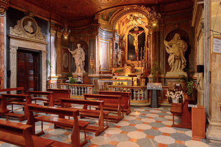 TURIN, ITALY - MAY 3, 2016: Interior of the Turin Cathedral (Duomo di Torino), built in 1470. It is the Chapel of the Holy Shroud (the current resting place of the Shroud of Turin) 版權商用圖片 - 103566923