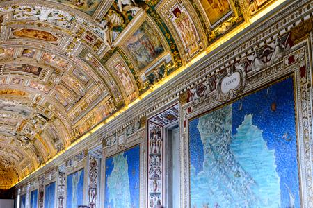 VATICAN, VATICAN CITY - 7 MAI 2016: Peintures sur les murs et le plafond de la Galerie des cartes, au Musée du Vatican. Il a été créé en 1506