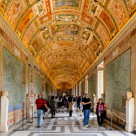 VATICAN, CITÉ DU VATICAN - 7 MAI 2016 : Peintures sur les murs et le plafond de la Galerie des cartes, au Musée du Vatican. Il a été créé en 1506