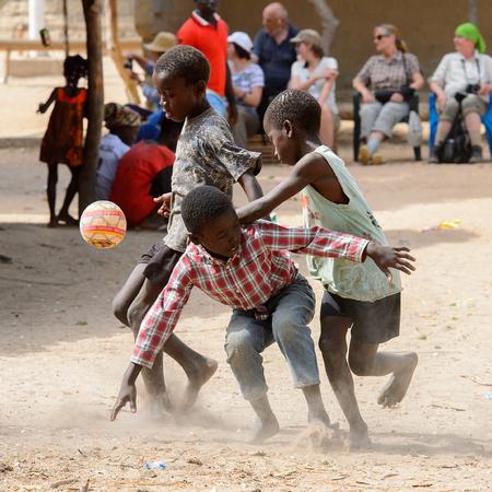 EILAND ORANGO, GUINEA-BISSAU - 3 MEI 2017: Niet-geïdentificeerde lokale jongens spelen voetbal op het oranje eiland Stockfoto - 103974471