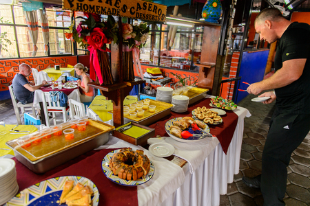 OAXACA, MÉXICO - 1 DE NOVIEMBRE DE 2016: Hombre no identificado elige la comida en el Restaurante La Choza del Chef en Oaxaca, el lugar con comida nacional mexicana