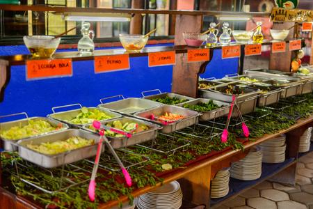 OAXACA, MEXICO - 1 de noviembre de 2016: Verduras y ensaladas en el Restaurante La Choza del Chef en Oaxaca, el lugar con comida nacional mexicana