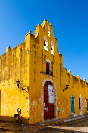 PALENQUE, MEXICO - NOV 4, 2016: Yellow building in Palenque, Mexico.  It is the poorest major city in the state of Chiapas. Sajtókép