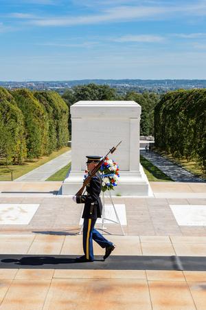 WASHINGTON DC, USA - 24 SEPTEMBRE 2015: Changement de garde près de la tombe du soldat inconnu au cimetière national d'Arlington. C'est un cimetière militaire américain