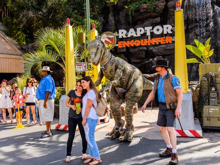 LOS ANGELES, USA - 27 settembre 2015: Velociraptor incontra attrazione a Jurassic Park negli Universal Studios di Hollywood Park. Jurassic Park è un film d'avventura americano del 1993 di Steven Spielberg Editoriali