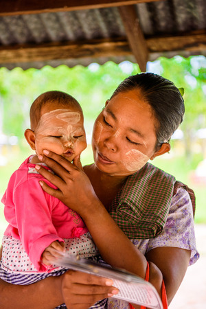 MONYWA, MYANMAR - AUG 27, 2016: Unidentified Burmese mother with her child. 68 per cent of Myanma people belong to Bamar ethnic group Redactioneel