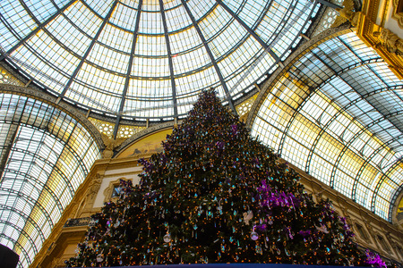 MILAN, ITALY - DEC 23, 2014: Christmas tree in the Galleria Vittorio Emanuele II, one of the worlds oldest shopping malls. The gallery is built between 1865 and 1877 by Giuseppe Mengoni 報道画像