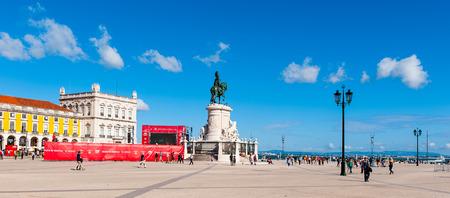 リスボン、ポルトガル - 6月20、2014:ポルトガルのリスボンの商業広場(プラカ・ド・コマーシオ)のホセ1世の像。広場は1755年のリスボン地震で破壊され、その後再建されました