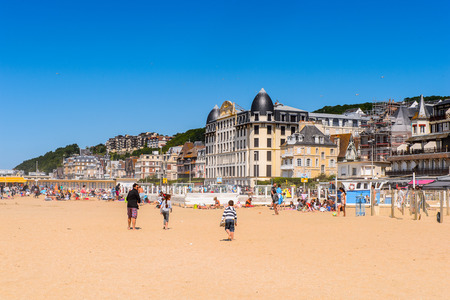 TROUVILLE, FRANCE - JUN 7, 2015:  Unidentified tourists on the coast of Trouville, Normandy, France. Trouville is a village of fishermen and a popular tourist attraction in Normandy 新聞圖片
