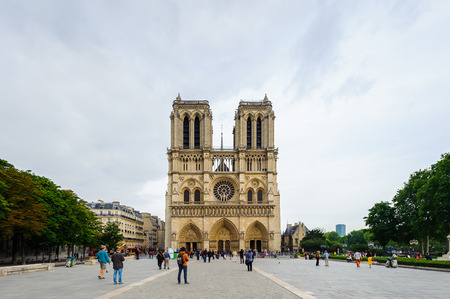 PARIS, FRANCE - JUN 17, 2014: Notre Dame de Paris (Our Lady of Paris) in Paris, France.  It's a historic Catholic cathedral on the eastern half of the Ile de la Cite Редакционное