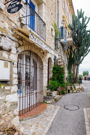 SAINT-PAUL-DE-VENCE, FRANCE - JUN 25, 2014: One of the multiple art galleries in  Saint Paul de Vence, one of the oldest towns of the Frence Riviera. Town of painters and galleries 에디토리얼