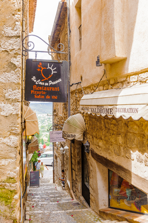 SAINT-PAUL-DE-VENCE, FRANCE - JUN 25, 2014: Old architecture of Saint Paul de Vence, one of the oldest towns of the Frence Riviera. Town of painters and galleries 報道画像