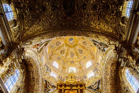 PUEBLA, MEXICO - OCT 30, 2016: Chapel del Rosario (Capelle del Rosarie), a beautiful baroque chapel in the Santo Domingo church, Puebla, Mexico 報道画像
