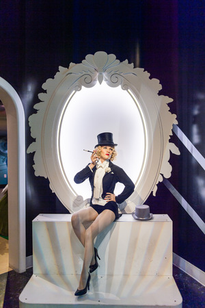 LOS ANGELES, USA - SEP 28, 2015: Marlene Dietrich in  Madame Tussauds Hollywood wax museum. Marie Tussaud was born as Marie Grosholtz in 1761 免版税图像 - 107328573