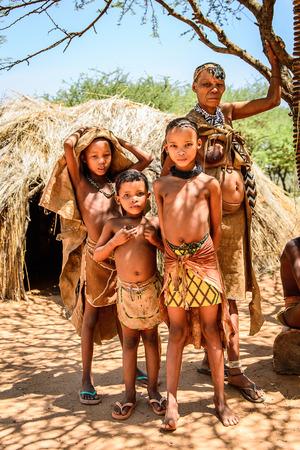 OSTEN VON WINDHOEK, NAMIBIA - 3. JANUAR 2016: Nicht identifizierte Buschmannfamilie. Buschmänner sind Mitglieder indigener Jäger und Sammler im südlichen Afrika