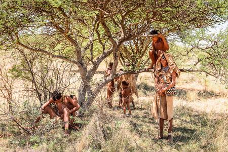 OOST-VAN WINDHOEK, NAMIBIË - JAN 3, 2016: Niet-geïdentificeerde Bosjesmannenfamilie. Bosjesmannen zijn leden van verschillende inheemse jagers-verzamelaars in zuidelijk Afrika