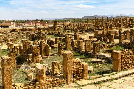 Ruins of Timgad, a Roman-Berber city in the Aures Mountains of Algeria. (Colonia Marciana Ulpia Traiana Thamugadi). Imagens - 107867902