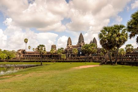 アンコールワット(テンプルシティ)と湖の中での反射、カンボジアの仏教、寺院の複合体と世界最大の宗教的記念碑。庭園からの眺め