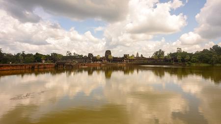 アンコールワット(テンプルシティ)とその反射、ヒンズー教、カンボジアの仏教寺院の複合体と世界最大の宗教的記念碑。