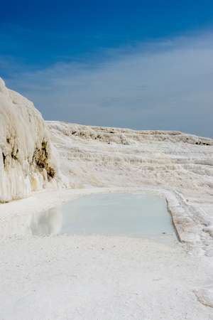 Natural travertine pool in Pamukkale ,Turkey. Imagens