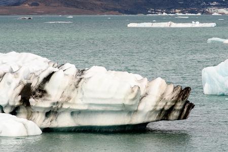 Icebergs of Jokulsarlon, a large glacial lake in southeast Iceland, Vatnajokull National Park 免版税图像