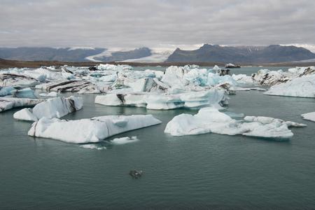 Icebergs of Jokulsarlon, a large glacial lake in southeast Iceland, Vatnajokull National Park Imagens