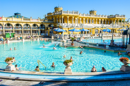 BUDAPEST, HUNGARY - AUG 18, 2014: Pool of the Szechenyi Medicinal Bath complex , the largest medicinal bath in Europe, built in 1913 Reklamní fotografie - 106038654