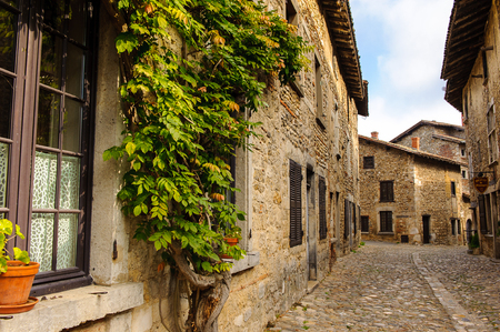 Medieval architecture of Perouges, France, a walled town, a popular touristic attraction. 新闻类图片