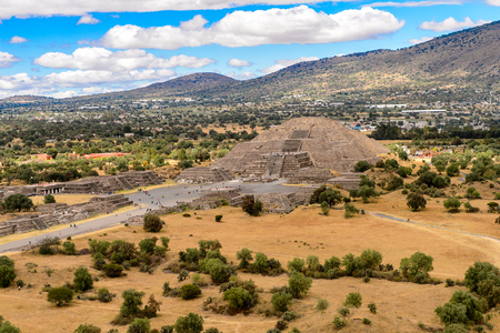 Moon Pyramid viewed  from the Piramide of the Sun, Teotihuacan, site of many Mesoamerican pyramids built in the pre-Columbian Americas. Stockfoto