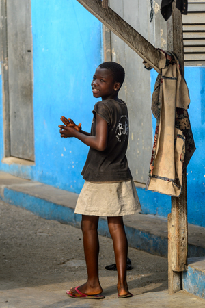 ACCRA, GHANA - JAN 8, 2017: Unidentified Ghanaian girl smiles and claps her hands. Children of Ghana suffer of poverty due to the economic situation Editoriali