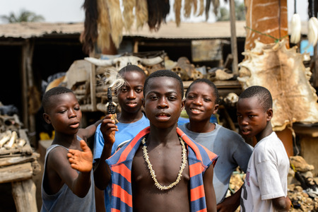 LOME, TOGO - Jan 9, 2017: Unidentified Togolese group of boys at the Lome market. Togo people suffer of poverty due to the bad economy 新聞圖片