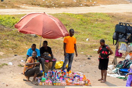 ELMINA, GHANA -JAN 18, 2017: Unidentified  Ghanaian people sell goods in Elmina. People of Ghana suffer of poverty due to the bad economy. 報道画像
