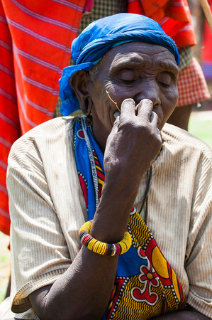 AMBOSELI, KENYA - OCTOBER 10, 2009: Unidentified Massai old woman in a blue kerchief in Kenya, Oct 10, 2009. Massai people are a Nilotic ethnic group Banque d'images - 113977881