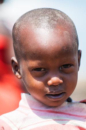 AMBOSELI, KENYA - OCTOBER 10, 2009: Portrait of an unidentified Massai little girl in Kenya, Oct 10, 2009. Massai people are a Nilotic ethnic group Standard-Bild - 114380616