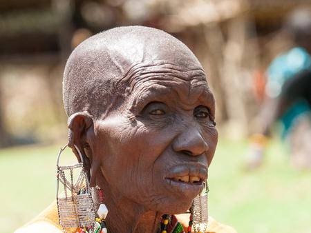 AMBOSELI, KENYA - OCTOBER 10, 2009: Portrait of an unidentified Massai extraordinary woman with heavy earings in Kenya, Oct 10, 2009. Massai people are a Nilotic ethnic group Standard-Bild - 112568773