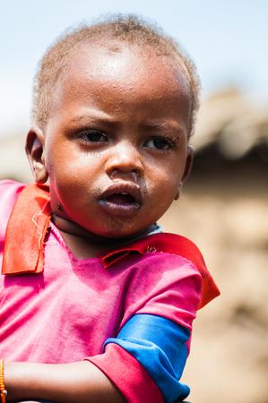 AMBOSELI, KENYA - OCTOBER 10, 2009: Portrait of an unidentified Massai little girl hugging her mom in Kenya, Oct 10, 2009. Massai people are a Nilotic ethnic group Standard-Bild - 114380649