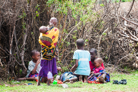 AMBOSELI, KENYA - OCTOBER 10, 2009: Unidentified Massai people in Kenya, Oct 10, 2009. Massai people are a Nilotic ethnic group Standard-Bild - 113977963