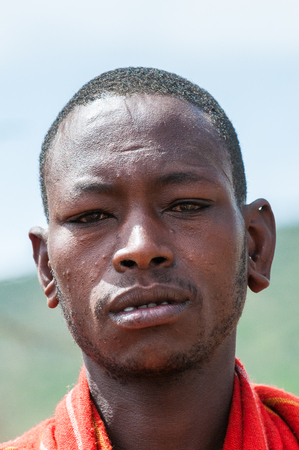AMBOSELI, KENYA - OCTOBER 10, 2009: Portait of an unidentified Massai man in Kenya, Oct 10, 2009. Massai people are a Nilotic ethnic group Standard-Bild - 113977984